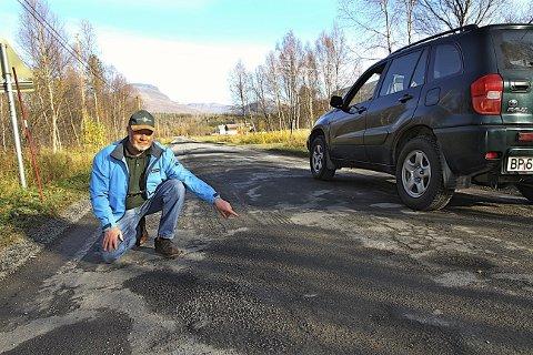 LEI AV VEI: Ove Bergli i Øverbyd har sett seg lei på hullete veier i elendig forfatning.