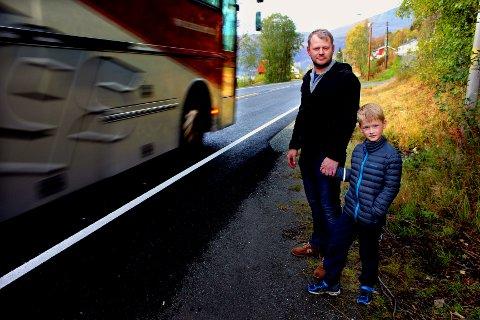 KOMMER SUSENDE: - Det er en livsfarlig vei, sier pappa Vegar Hamnes, her sammen med sønnen Mikael (7) ved E8 i Ramfjord, som går rett nedenfor hjemmet deres. Foto: Bengt Nielsen