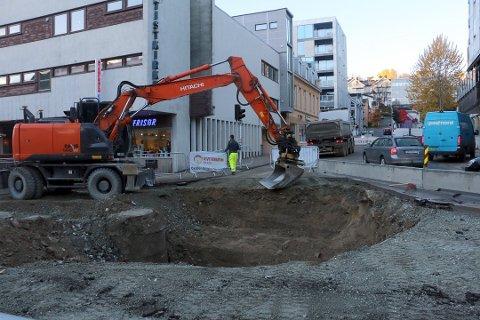MER GRAVING: Utover høsten i fjor var store deler av Storgata et eneste langt graveprosjekt. Her fra Grandkrysset. Det blir mer graving i sentrum i 2017. Foto: Ragnhild Gustad