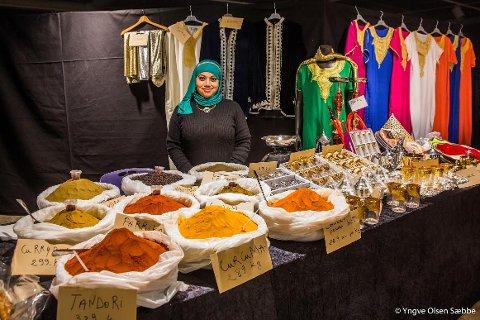 ORIENTALSK: Denne uka kan du få tak i småkaker, te, krydder og mye annet fra Marroko i kjelleren på Veitasenteret. Matbutikken «Marrakech» har åpnet mini-kafé i forbindelse med TIFF. Souad Labib står bak bordet.