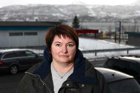 Ordfører Mona Pedersen trodde kampen om tunnel under det smale sundet i bakgrunnen var over. Nå er det nye skjær i sjøen. Foto: Ola Solvang