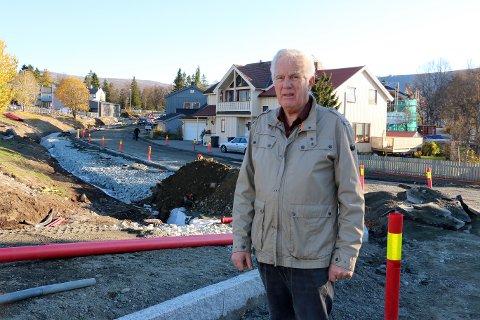 BEKYMRET: Øystein Lanø bor i huset rett bak ham, og er bekymret for at overvannsproblemene vil bli enda verre etter at sluker er fjernet og flyttet.