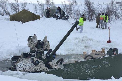 GJENNOM ISEN: En CV90 kampvogn gikk gjennom isen under en øvelse Joint Viking 2017. Ingen om bord kom til skade, meldte Forsvaret da. Nå viser en ny rapport ifølge VG at det bare var så vidt det gikk bra. Foto: Forsvaret