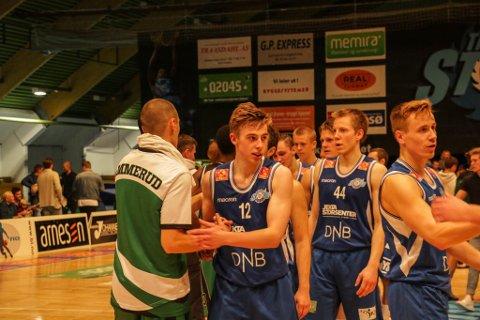 UNG DOMINANS: Aron Finnstad (nr. 12) var en av flere unge spillere som imponerte i hjemmekampen mot Ammerud.