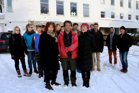 GIR SEG IKKE: Disse kunstnerne holder til på Kysten i Tromsø, og sier de ikke vil gi etter for kravet om parkeringsavgift fylkeskommunen vil innføre fra 1. november. Fremst er Marit Ellisiv Landsend, Arnold Johansen og Torunn Ovanger. I bakgrunnen er representanter fra andre leietakere på Kysten - fra film, lyd, fotografer, husfliden og kulturskolen.
