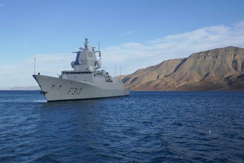 Den norske fregatten KNM Helge Ingstad patruljerer ved Svalbard nå i høst. Det russiske Forsvarsdepartementent mener en krig med Nato kan starte på Svalbard. Foto: Sjøforsvaret