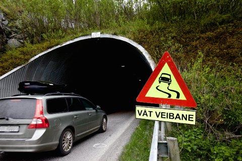 Denne tunellen er en av verstingene på fylkesveinettet. Fylkeskommunen har ikke penger til å gjøre den trygg. Prislappen for å oppgradere til dagens sikkerhetsstandard er en halv milliard. Foto: Ola Solvang