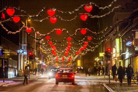 Slik så det gamle juledekorasjonene ut. Fra nå av er det ett hjerte i midten av hver lenke, hvor det før var tre. Foto: Yngve Olsen.