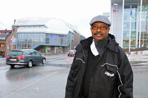 SIER NEI: Ahmed Aadan Warsame frykter innføring av bompenger i Tromsø vil ramme barnefamilier og lavtlønte hardt. - Dette vil øke klasseskillene, sier han. Foto: Inger Præsteng Thuen