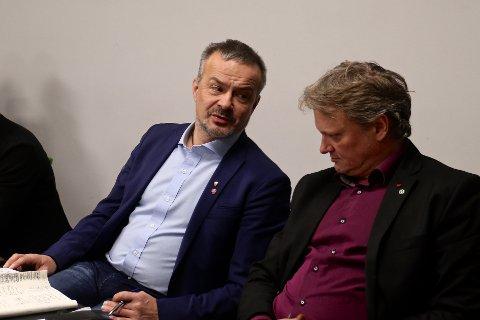 I FORHANDLINGER: Fylkesrådsleder i Troms, Willy Ørnebakk (Ap, t.v.), i samtale med fylkesråd for samferdsel og miljø, Ivar B. Prestbakmo (Sp), under forhandlingene om sammenslåing av Troms og Finnmark som foregikk i Tromsø sist torsdag og fredag.