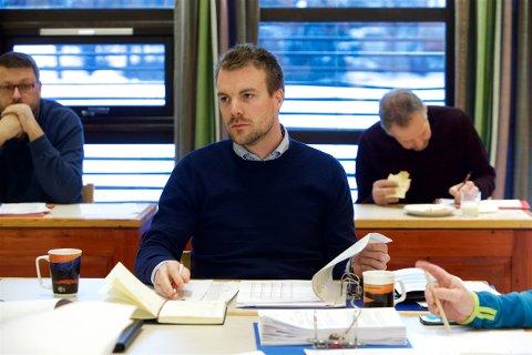 Ordfører Eirik Losnegaard Mevik får skarp kritikk i brevet som er sendt til fylkesmannen. Her leder han budsjettmøte i formannskapet sist uke. Foto: Ola Solvang