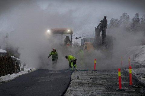 Snøhauger og nylagt asfalt er ikke en helt vanlig kombinasjon. Men i tromsø går det an. Foto: Tromsø kommune