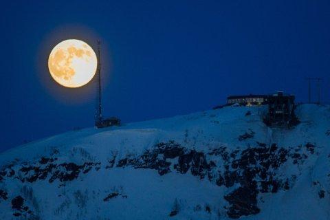 ENDA STØRRE: Slik ser en vanlig fullmåne ut. En supermåne oppleves større enn vanlig fordi den er nærmere jorda enn til vanlig. Foto: Yngve Olsen