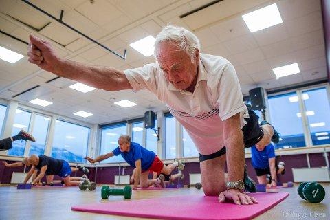 STREKKER UT: Einar Eriksen (78) og kameratene treffes hver bidige mandag i Tromsø sentrum for å trene sammen på Studio Pilates.