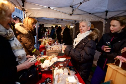 Tove Seljevold og assistenten Amalie Dahl Karlsen i full sving under markedet i sentrum lørdag formiddag. Foto: Ola Solvang