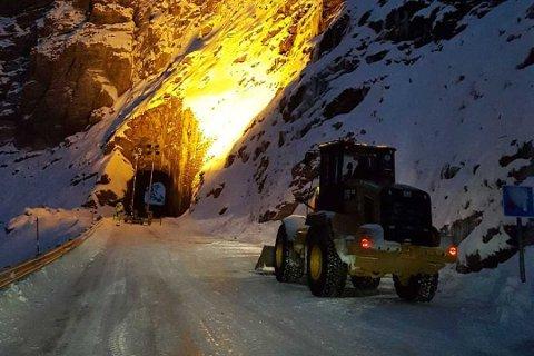 Natt til torsdag i forrige uke stengte et ras veien til den lille bygda Sørvær i Finnmark. En uke senere melder veivesenet at veien er midlertidig åpnet.