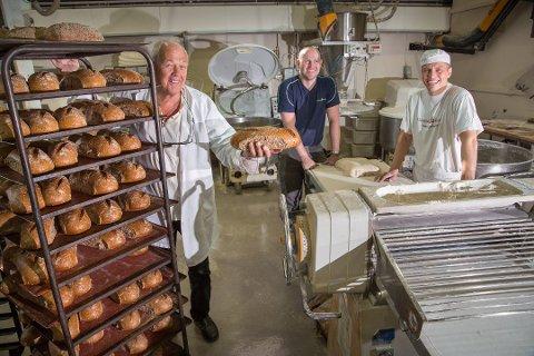 NYE ROLLER: Det blir lederskifte i Tromsø Bakeri fra nyttår. Fra venstre, Vidar Wiik, daglig leder i Tromsø bakeri sammen med Kristian Wiik,som tar over sjefsjobben, og bakermester Torbjørn Kristiansen. Akrivfoto: Ole Åsheim