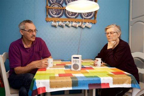 Pensjonistene Magnar og Inger Johansen har liten sans for at de blir utelatt fra det nye radioeventyret. Torsvåg på Vannøya havner i radioskyggen når FM-senderne slutter å formidle NRK-signaler i neste uke. NRK Nord - Not available, står det i displayet på den nye DAB-radioen. Foto: Ola Solvang