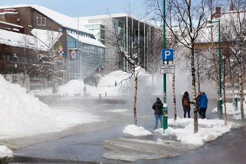 LEKKASJE: Damp veltet ut da det oppsto lekkasje i fjernvarmeanlegget på Stortorget i Tromsø sentrum.