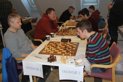 BYDUELL: Gamlegutta fra Tromsø 1 (på venstre side av bordet) i kamp mot utfordrere fra Tromsø 2