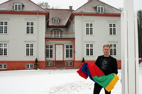 NYTT FLAGG: Direktør Bård Frydenlund ved Eidsvoll 1814 med det nyinnkjøpte samiske flagget som skal heises på mandag.