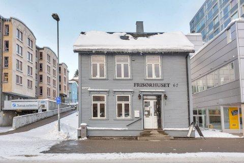SELGES: Grønnegata 62 ble bygd på 1830-tallet, og har rommet «Frisørhuset» de siste 13 årene. Nå er det til salgs.
