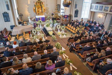 FARVEL: Familie, venner og kolleger tok farvel med hotellnestoren Dag Høybakk i Elverhøy kirke tirsdag.