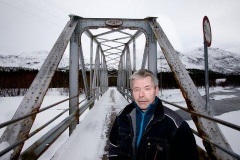 Arvid Bergmo mener brua i Reisadalen kan få fortsette som gang og sykkelbru. - Det er drøyt å bruke 2,5 millioner på beholde den som kjørebru. Foto: Ola Solvang