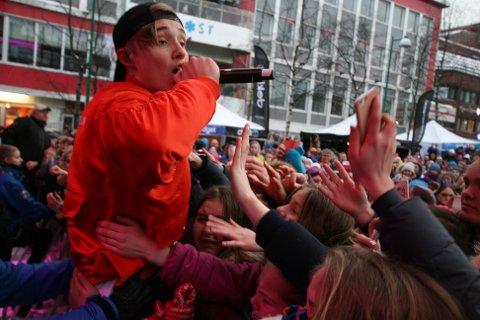 INNFRIR: Skrikene runget på Stortorget da Isaac Elliot hoppet ned fra scenen for å menge seg med fanskaren.