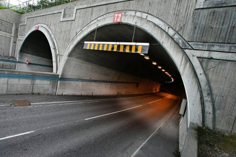 STENGT: T2-løpet i Tromsøysundtunnelen er stengt. Trafikken dirigeres gjennom T1 ved vekslende kjøreretning i perioden.