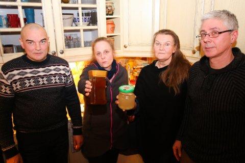 MISFARGET: Håvard Hotti og Marianne Brun Hansen tør ikke drikke springvannet. Glasset hun holder viser hvordan så ut da de sendte prøver til Toslab i fjor. Grete Olsen og  Roy Åge Nilsen (t.h) viser hvordan vannet så ut i utbyggingsfasen, da fargen skiftet til grått.