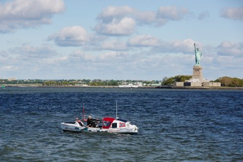 STARTEN: Her ror Stein Hoff forbi frihetsgudinnen i New York, i starten på turen over Atlanterhavet. Det skulle senere vise seg å bli en strabasiøs og farlig ferd.