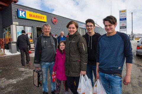 HANDLETUR: Huge Seljevold (fra venstre), Mina Seljevold, Ann-Kristin Johnsen, Emil Seljevold og Lasse Seljevold dro fra Troms til Kilpisjärvi for å handle.