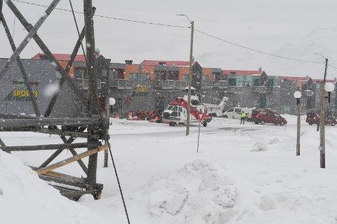 LANDET I SENTRUM: Sysselmannen på Svalbard sendte umiddelbart ut sine to helikopter da meldings om scooterulykken kom. Fire ble raskt reddet opp og sendt av gårde med helikopter. Det landet i sentrum av Longyearbyen, like nedenfor sykehuset.