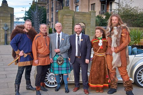LANSERING: Vikingene møter skottene , og det har foreløpig gått fint - i denne omgangen. Verdens nordligste destilleri, Aurora Spirit, lanserte sitt varemerke Bivrost i Edinburgh rett før helga.