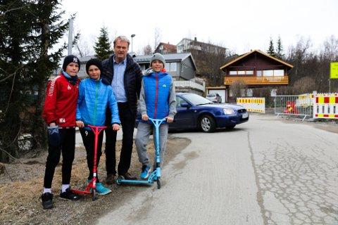 BEKYMRET: Martin Nikolaisen, Amund Giæver og Daniel Nilsen vegrer seg for å leke i nærområdet, på grunn av all trafikken. Claus Albrewtsen (midten) frykter for barnas sikkerhet, og vil ha svar på når Røstbakken åpner igjen.