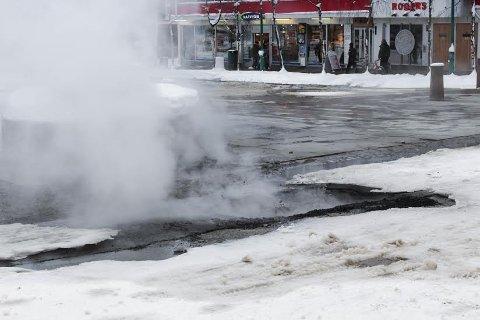 DAMP: Asfalten sprakk opp og ut kom det varmt vann og damp  Foto: Kathrine Johansen