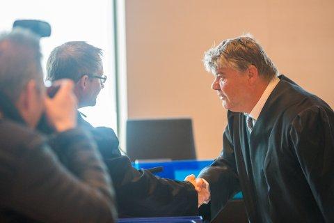 RETTSSAK: Bistandsadvokat Erik Ringberg (til venstre) hilser på 36-åringens forsvarer, advokat Hans Olav Bytingsvik.