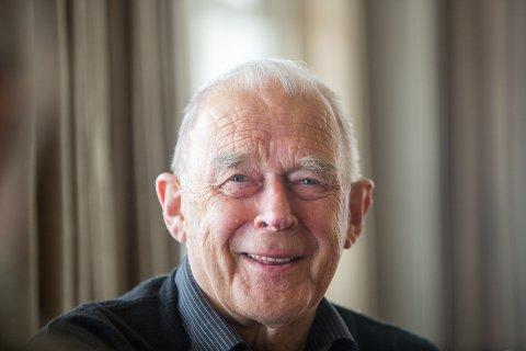 JUBILANT: Arthur Arntzen fyller 80 år onsdag - og han setter pris på litt oppmerksomhet i anledning dagen. Det fikk han i bøtter og spann av kompisene på de ukentlige kafemøtene på Clarion Hotel. - Det e ikkje enkelt, ler han, etter nok et spøkefullt angrep fra kameratene.
