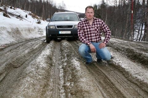 Michael Lynghaug etterlyser tiltak på en vei som kun er farbar for biler med høy bakkeklaring.