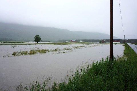 FLOM: Jordene sto under vann på Alapmoen i Målselv under flommen i 2012.