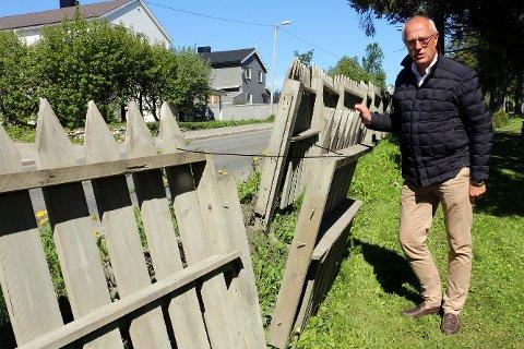 ØDELAGT IFJEN: Kirkeverge Nils H. Opsahl ved ett av stedene hvor gjerdet er blitt brøytet ned.