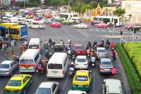 Det kan være komplisert å forholde seg til trafikken i utlandet. Dette bildet er fra Bangkok.
