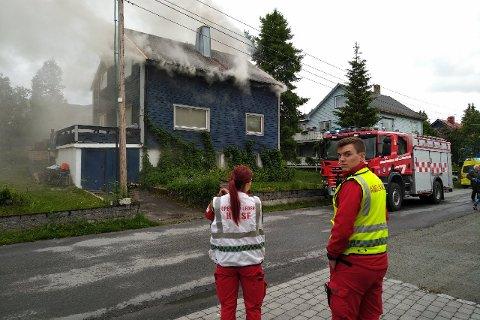 PÅ PLASS: Ambulanse, brannvesen og politi er på stedet.