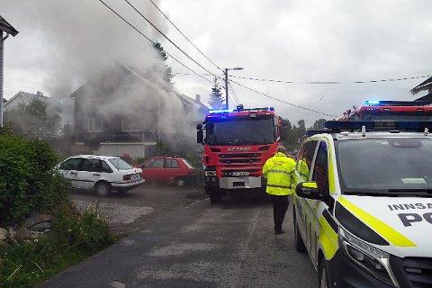 OVERTENT: Huset er overtent, men det skal ikke være fare for spredning, ifølge politiet.