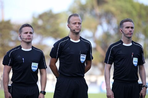DOMMERTEAM: Geir Oskar Isaksen (fra venstre) Ola Hobber Nilsen og Tom Harald Grønevik dømmer Champions League for første gang i kveld.