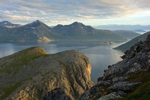 Utsikt ned mot Brosmetinden og Yttersia