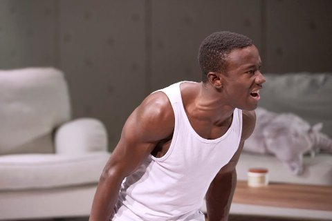HETS: Skuespiller Kingsford Siayor fra Tromsø har opplevd netthets og rasisme i etterkant av hans medvirkning i Sophie Elises nye musikkvideo.