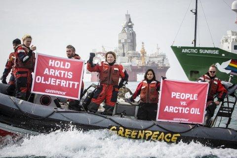 Skuespiller Lucy Lawless og aktivisten Joanna Sustento med flere Greenpeace-aktivister demonstrerte mot norsk oljeboring ved Statoil-riggen Songa Enabler i Barentshavet tidligere i sommer. Foto: Greenpeace