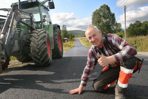 FLOTT: Ståle Skogen er strålende fornøyd med den nye veien, hvor han ikke lenger risikerer hjernerystelse når han kjører traktor.
